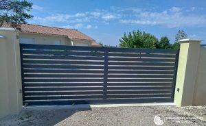 Portail aluminium vue extérieure pour propriété privée