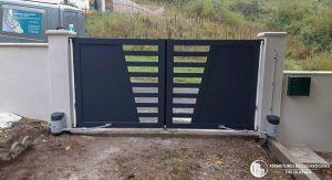 Portail battant motorisé en Aluminium Gris anthracite v ajouré composé de profilés verticaux