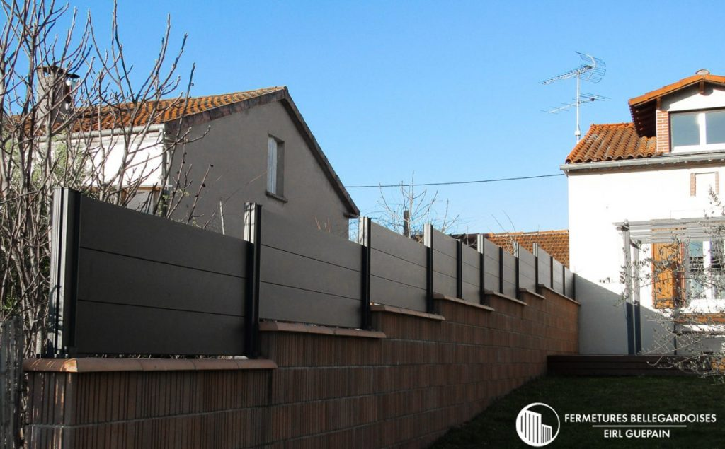 Artisan poseur clôture en aluminium