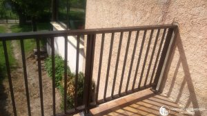 Mise en place d'un garde-corps balcon en aluminium marron
