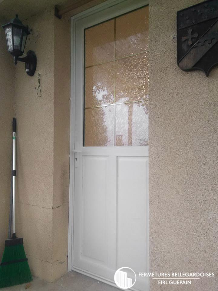 Porte d'entrée blanche installée a Arthes 81160