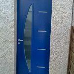 Porte d'entrée maison bleue motifs contemporain