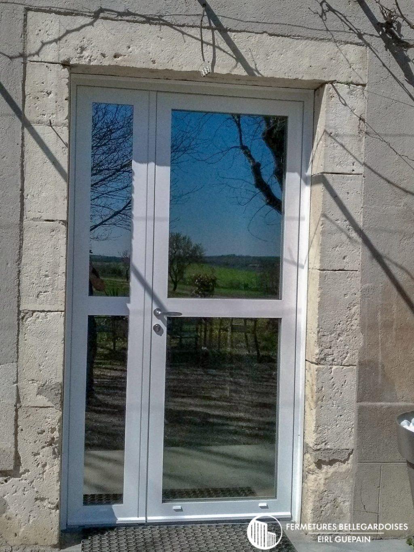 Porte d'entrée vitrée pose sur Frausseille