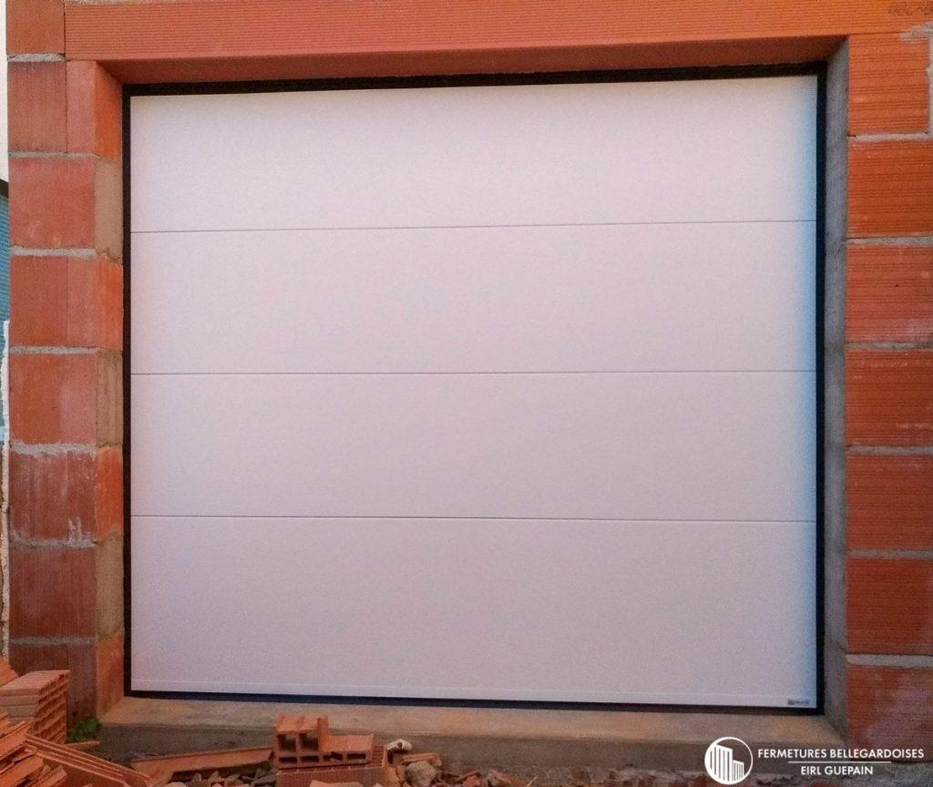 Porte de garage sectionnelle blanche pour maison moderne
