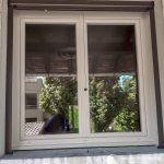 Artisan poseur de fenêtres en aluminium sur mesure