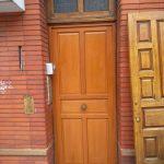 Pose porte d'entrée en bois maison traditionnelle